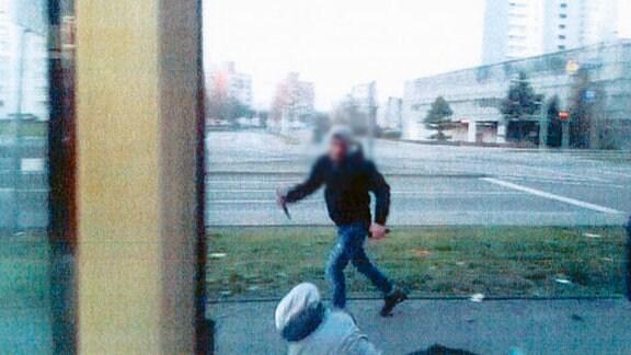 Screenshot aus dem Beweisvideo eines Messerangriffs in Halle