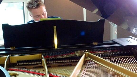 Täglich spielt nachmittags für Patienten und Personal in der Halle des SRH Waldklinikums ein Pianist