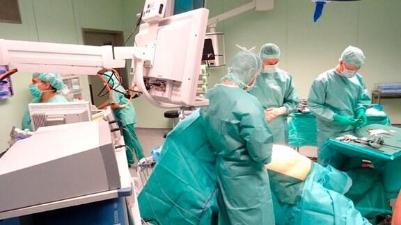 Die Chirurgen der Adipositas-Fachklinik mit ihrer Patientin im OP-Saal
