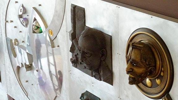 Plastiken von historischen Persönlichkeiten, nach denen die Stationen im Krankenhaus benannt sind