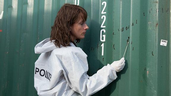 Doreen Brasch (Claudia Michelsen) untersucht Blutspuren an einem Container.