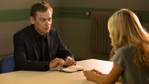 Hauptkommissar Jochen Drexler verhört die Zeugin Vanessa Meyerhoff.