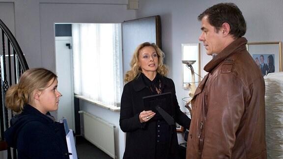 Elisabeth Erikson (Marita Marschall, M.) berichtet den Ermittlern Sandra Schwartenbeck (Marie-Luise Schramm , l.) und Finn Kiesewetter (Sven Martinek, r.).