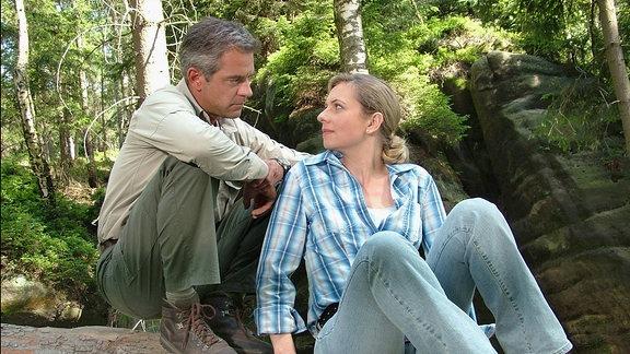 Mark (Florian Fitz) beginnt Claudia Schmitt (Susanne Michel) mit den Luchsen zu helfen.