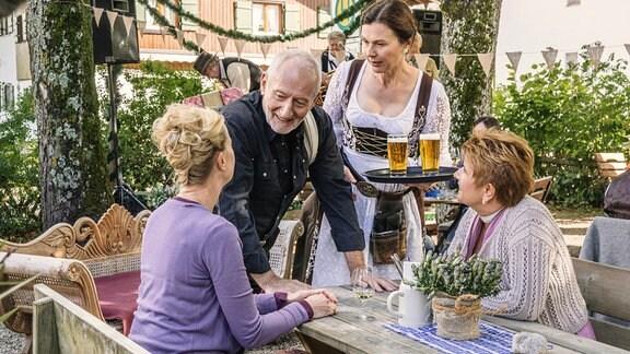 Vincent (Sepp Schauer) kümmert sich um die Gäste, seine Tochter Rosalie (Bettina Mittendorfer) schmeißt die Wirtschaft.