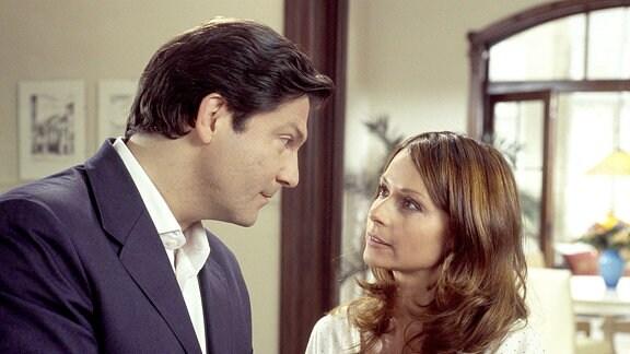 Zu Christians (Ulrich Pleitgen, l.) großer Enttäuschung weicht Marlene (Christina Plate, r.) seinen Heiratsanträgen immer wieder aus.