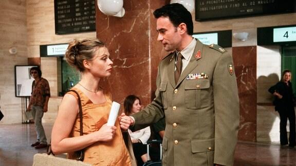 Pass gut auf Dich auf: Alessandro (Giulio Ricciarelli) ist nicht ganz glücklich mit Beas (Susanna Simon) Entscheidung, nach Berlin zu reisen.