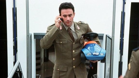 Ein Bobby-Car für den Stammhalter: Alessandro (Giulio Ricciarelli) kann die Geburt kaum erwarten.