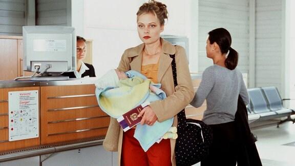 Unter Druck: Bea (Susanna Simon, Mitte) ist mit dem geraubten Baby nach Italien unterwegs.