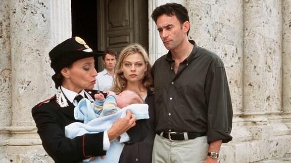 Noch mal gut gegangen? In einer Mischung aus Trauer und Erleichterung geben Beatrice (Susanna Simon) und ihr Mann Alessandro (Giulio Ricciarelli, re.) das fremde Baby wieder ab.