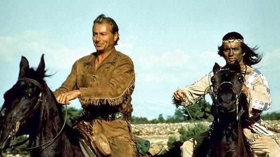 Seite an Seite reiten die Blutsbrüder Winnetou (Pierre Brice) und Old Shatterhand (Lex Barker).