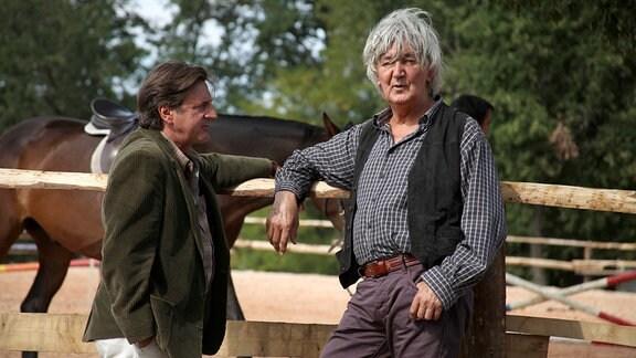 Henry Dalio (Jacques Higelin, r.) bietet seinen jungen Hengst Jappeloup, der über herausragendes Sprungtalent verfügt, Serge Durand (Daniel Auteuil) zum Kauf an.