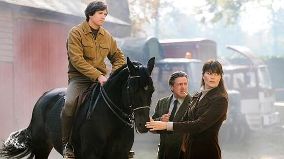 Pierre (Guillaume Canet, l.) bekommt von seiner Frau Nadia (Marina Hands) und seinem Vater Serge (Daniel Auteuil) große Unterstützung.