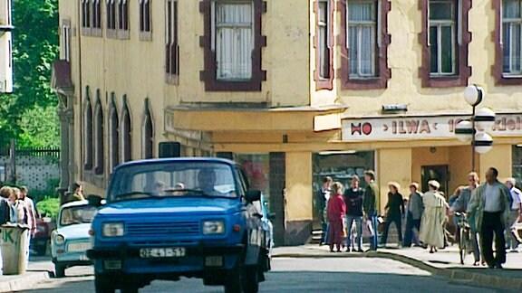 Mai 1990. Unterwegs in die DDR. Wenige Monate nach der Maueröffnung und noch gut ein halbes Jahr vor der Wiedervereinigung bereiste der Dokumentarfilmer Reinhard Kungel mit seinem Team die (Noch-)DDR.