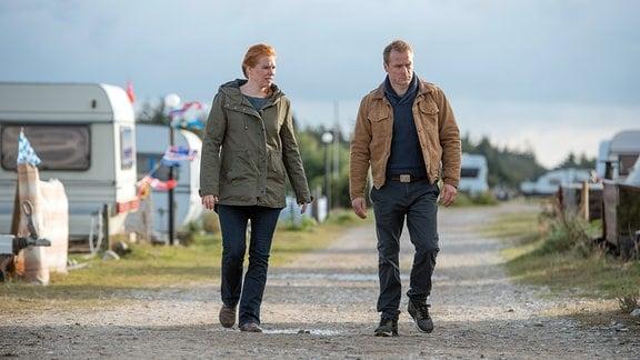Hauke Jacobs (Hinnerk Schönemann) unterstützt Polizistin Lona Vogt (Henny Reents) bei der Tätersuche.