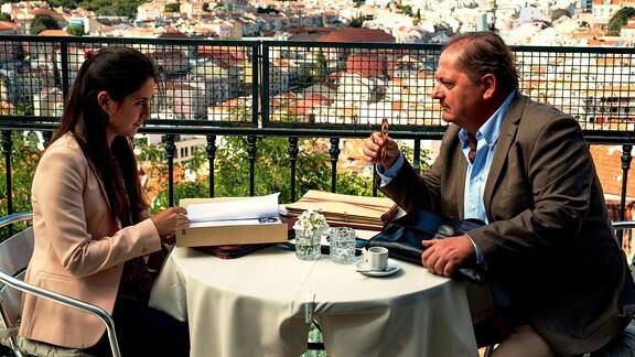 Anwalt Eduardo Silva (Jürgen Tarrach) und seine neue Assistentin Marcia Amaya (Vidina Popov).