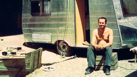 Bernhard Bräuner aus Thüringen hatte das Warten auf einen Wohnwagen satt. Er baute sich in den 80er Jahren selbst einen Wohnwagen, den er bis heute fährt.