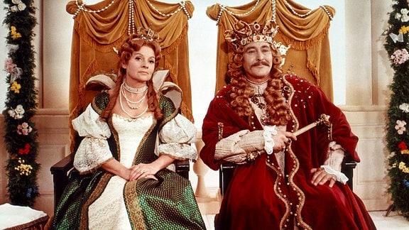 Die Königin (Eva-Maria Heyse) und der König (Burghardt Mann) feiern die Geburt ihrer Tochter. Doch ihr Glück wird von einem Fluch der bösen Fee getrübt: Mit 15 Jahren soll sich Dornröschen an einer Spindel stechen und tot umfallen.