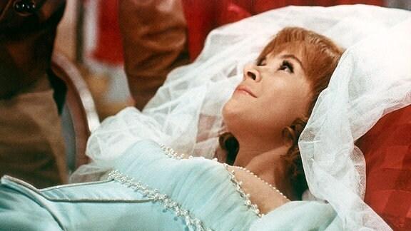 Dornröschen (Juliane Korén, r) ist durch den Kuss des Prinzen (Burkhard Mann) aus ihrem hundertjährigen Schlaf erwacht.