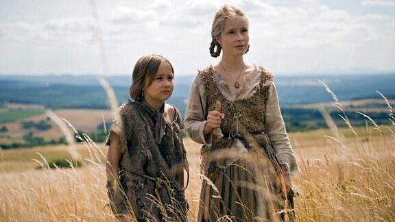 Brüderchen (Hans-Laurin Beyerling) und Schwesterchen (Odine Johne)  auf einer Wiese mit hohem Gras.