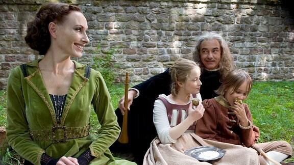Die glückliche Familie beim Picknick. Von links: Andrea Sawatzki (Stiefmutter), Odine Johne (Schwesterchen), Christoph M. Ohrt (Vater) und Hans-Laurin Beyerling (Brüderchen).