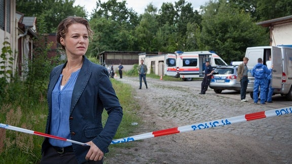 Kriminalhauptkommissarin Olga Lenski (Maria Simon) läuft entlang eines Absperrbandes.