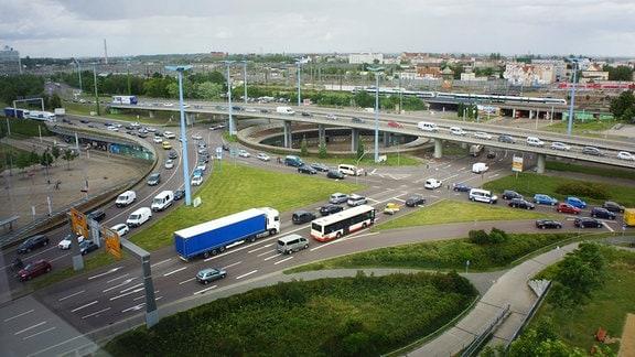 Der Verkehrsfluss auf dem Riebeckplatz in Halle heute.
