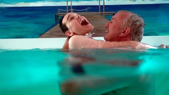 Sebastian Koopmann mit seinem Papa im Schwimmbad