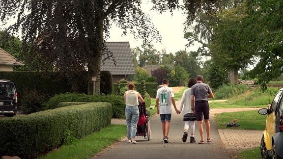 Familie Höckendorf bei einem Spaziergang.