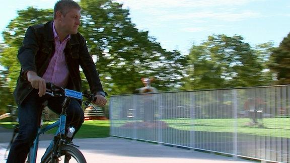 Sandro, der Bauleiter, fährt mit dem Rad.