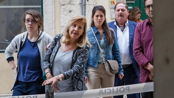 Silva (Jürgen Tarrach, 2. v. re.) und Marcia Amaya (Vidina Popov, 3. v. li.) sind geschockt: Ihr Zeuge hat seine Aussage mit dem Leben bezahlt.