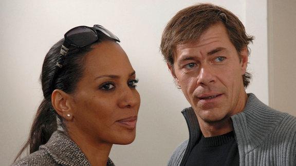 Christoph Lentz (Sven Martinek, r.) ist erstaunt, als plötzlich Anna Möller (Barbara Becker, l.), Jonas' Lehrerin aus Berlin, vor seiner Tür steht.