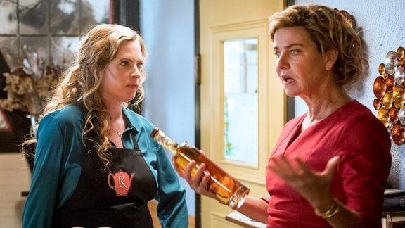 Streit zwischen Toni (Diana Amft, li.) und ihrer Mutter: Heidi (Margarita Broich) will den Irrtum des Gourmetführers nutzen.