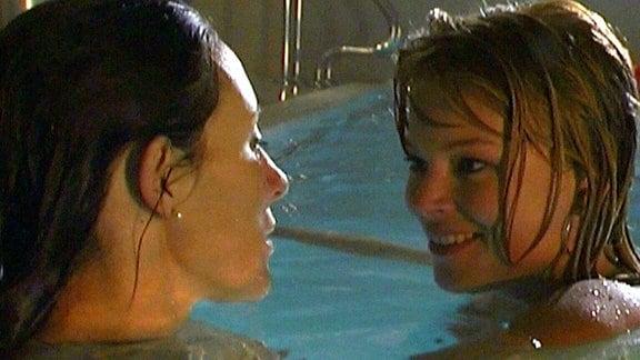 Diana lässt sich von der erfahrenen Swingerin Alex verführen.
