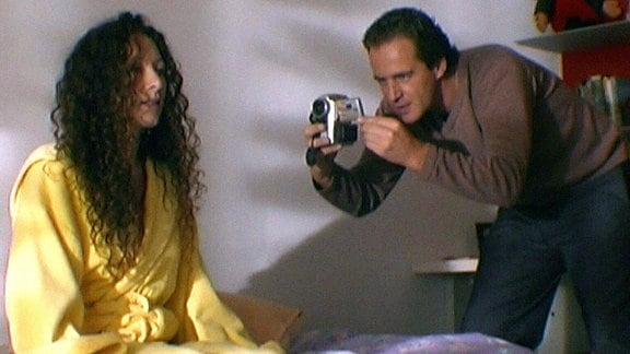 Der Swinger Timo filmt die sexuell weniger erfahrene Diana mit der Kamera.