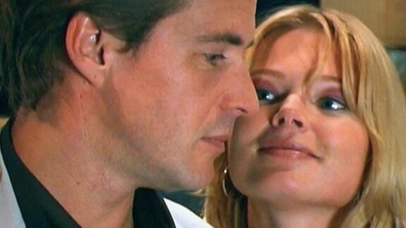 Alex versucht, ihren Mann Timo eifersüchtig zu machen.