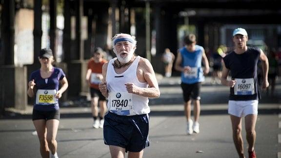 Paul (Dieter Hallervorden) läuft beim Marathon mit.