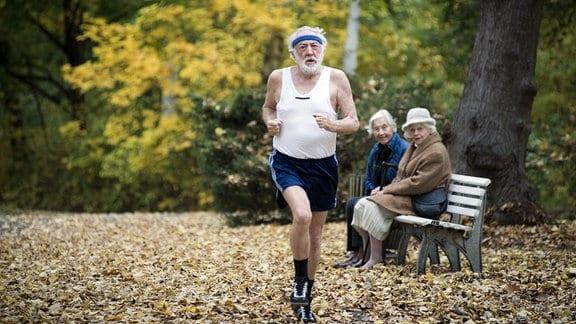 Paul (Dieter Hallervorden) rennt gegen Tobias und gewinnt.
