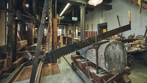 Das Innere des historischen Sägewerks.