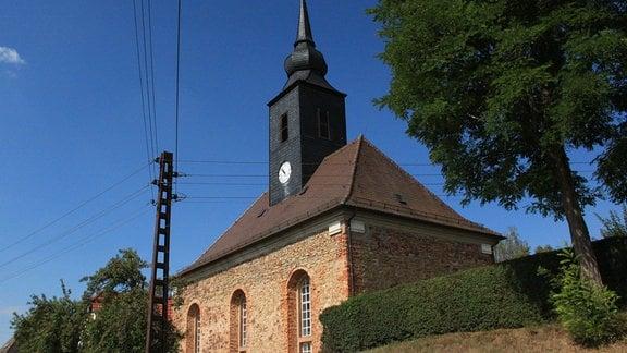 Eine alte Dorfkirche in schlichtem Stil.