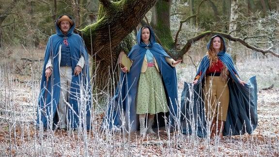 Juni (Bruno Eyron, Links), März (Friederike Linke, Mitte) und September (Laura Lo Zito, rechts) wollen helfen, die Königin und die Jahreszeiten zu retten.