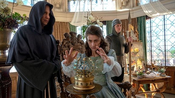 Der Frostige Fürst (Arndt Schwering-Sohnrey, links) hat sich als Mönch getarnt und schwächt die Königin (Marie Rönnebeck), damit sie die Jahresuhr nicht weiter drehen kann.