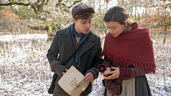 Valentin (Jascha Rust) und Luise (Nina Kaiser) müssen schwierige Rätsel lösen, um die Königin und die Jahreszeiten zu retten.