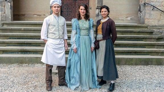 Valentin (Jascha Rust)  und Luise (Nina Kaiser, rechts) sollen die Königin( Marie Rönnebeck, Mitte) und die Jahreszeiten retten.