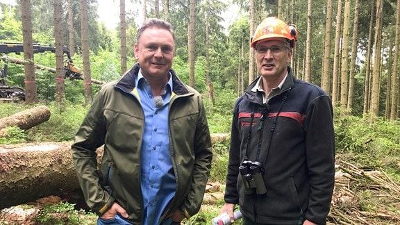 Förster Michael Rudolph (re.) und Axel Bulthaupt bei ihrer Tour durch den Nationalpark Harz. Michael Rudolph beschäftigt sich seit 30 Jahren mit dem Thema Waldumbau.