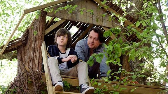 Phillip Esch (Hary Prinz) versucht bei Leo Wiedemann (Luis Kurecki) beim Bau vom Bauhaus auf Kumpel zu machen.