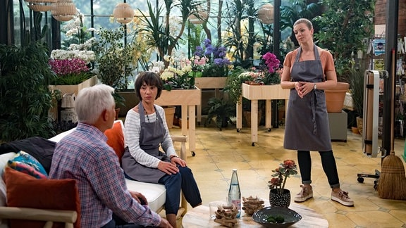 Judith (Katrin Ingendoh, r.) nutzt ihre Rathaus-Erfahrung, um Merle (Anja Franke, l.) und Thomas (Gerry Hugbauer, l.) bei ihrer Anti-Fracking-Aktion zu helfen.
