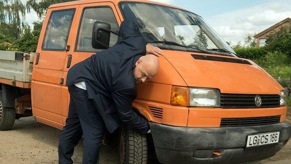 Wolf Zabel (Thomas Wenke) manipuliert Brunos Auto.