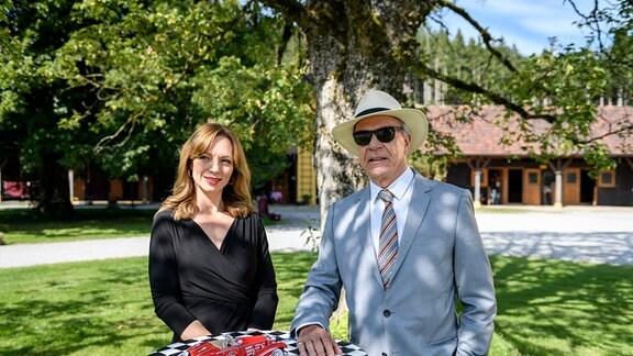 Werner (Dirk Galuba, r.) und Ariane (Viola Wedekind, l.) warten vergeblich auf die Ankunft von Selina von Thalheim.