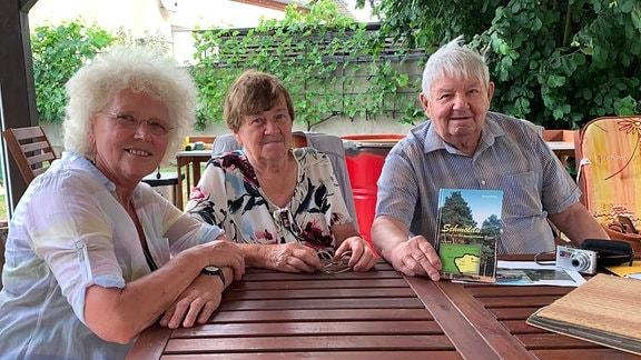 Marlies Wagenknecht, Anneliese Fleischer und Hans-Siegfried Schulz in Krensitz bei Delitzsch.